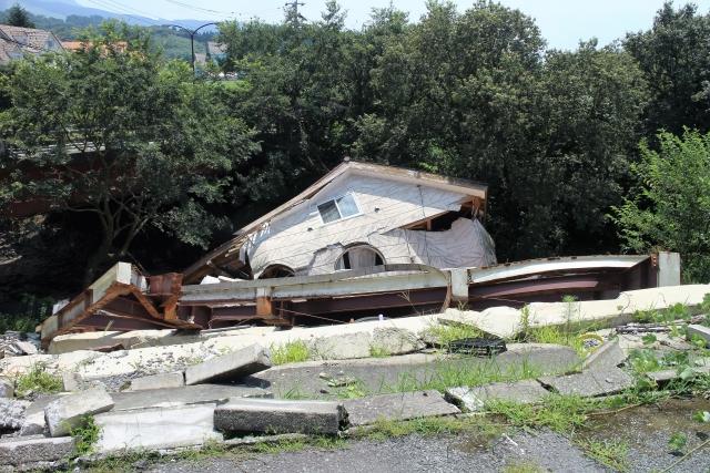 倒壊した建物